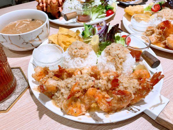 台南美食【丸飯食事處】,在台南就能吃到沖繩蝦蝦飯的好滋味,道地蒜醬瞬間彷彿置身沖繩!|親子友善餐廳